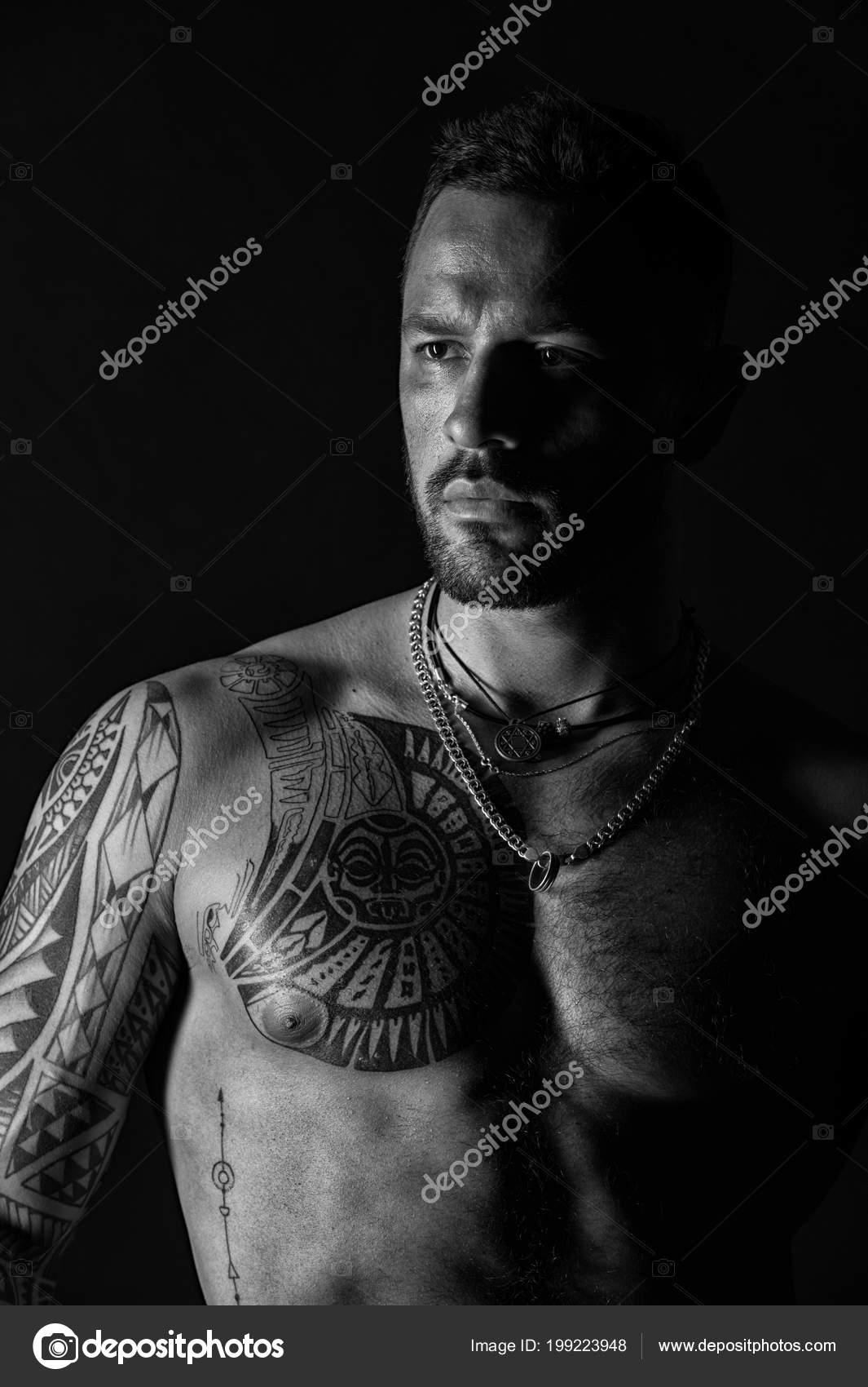 Homme Barbu Avec Poitrine Tatouee Homme Avec Sexy Torse Muscle