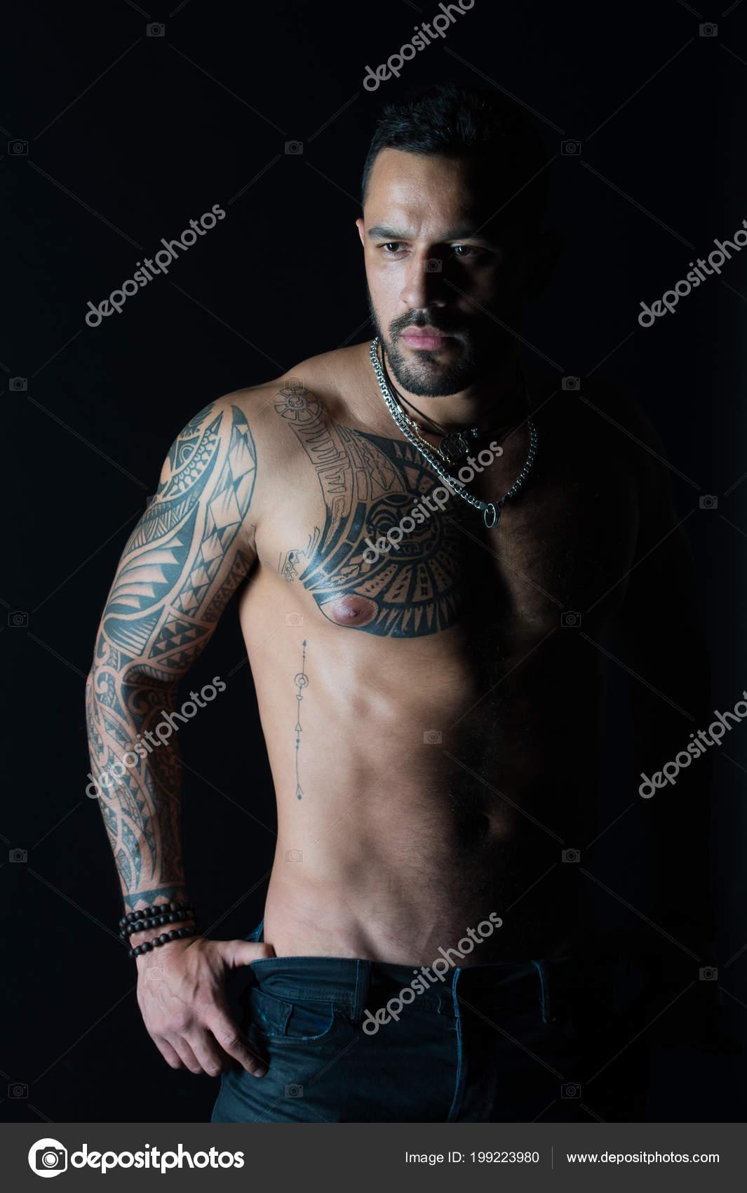 Hombre Con El Brazo Tatuado Y El Pecho Hombre Barbudo Con El Torso
