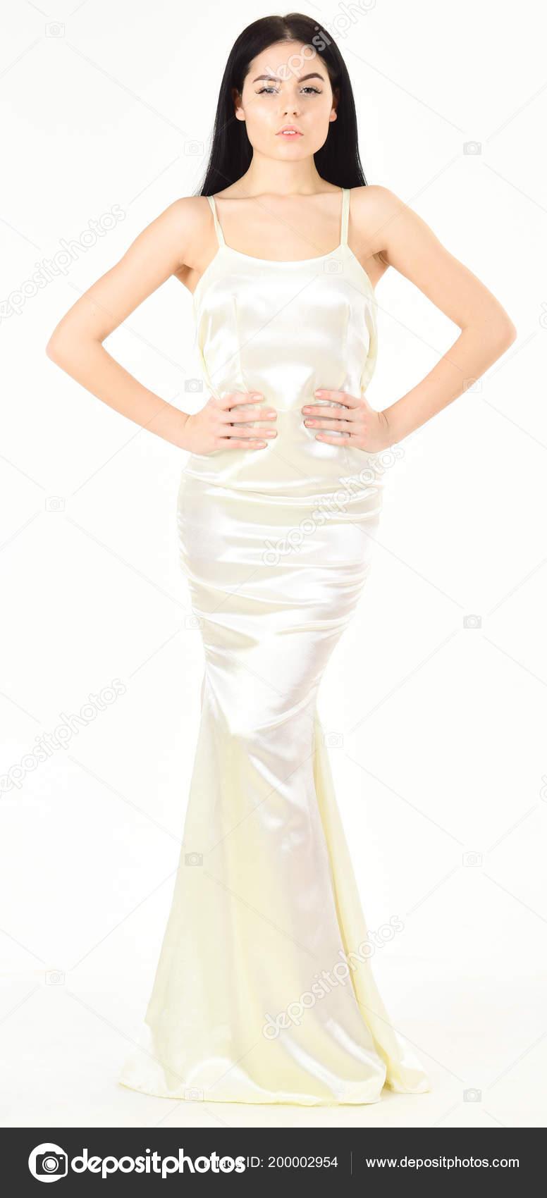 reputable site 0f226 16005 Donna in vestito bianco elegante con i capelli lunghi ...