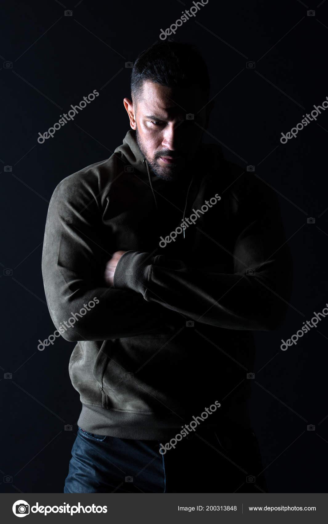 c1c1293ad7 Moda sportiva e stile. Uomo barbuto con le mani piegate in felpa. Macho con vestiti  casual wear di barba. Modello di moda in abbigliamento sportivo alla ...