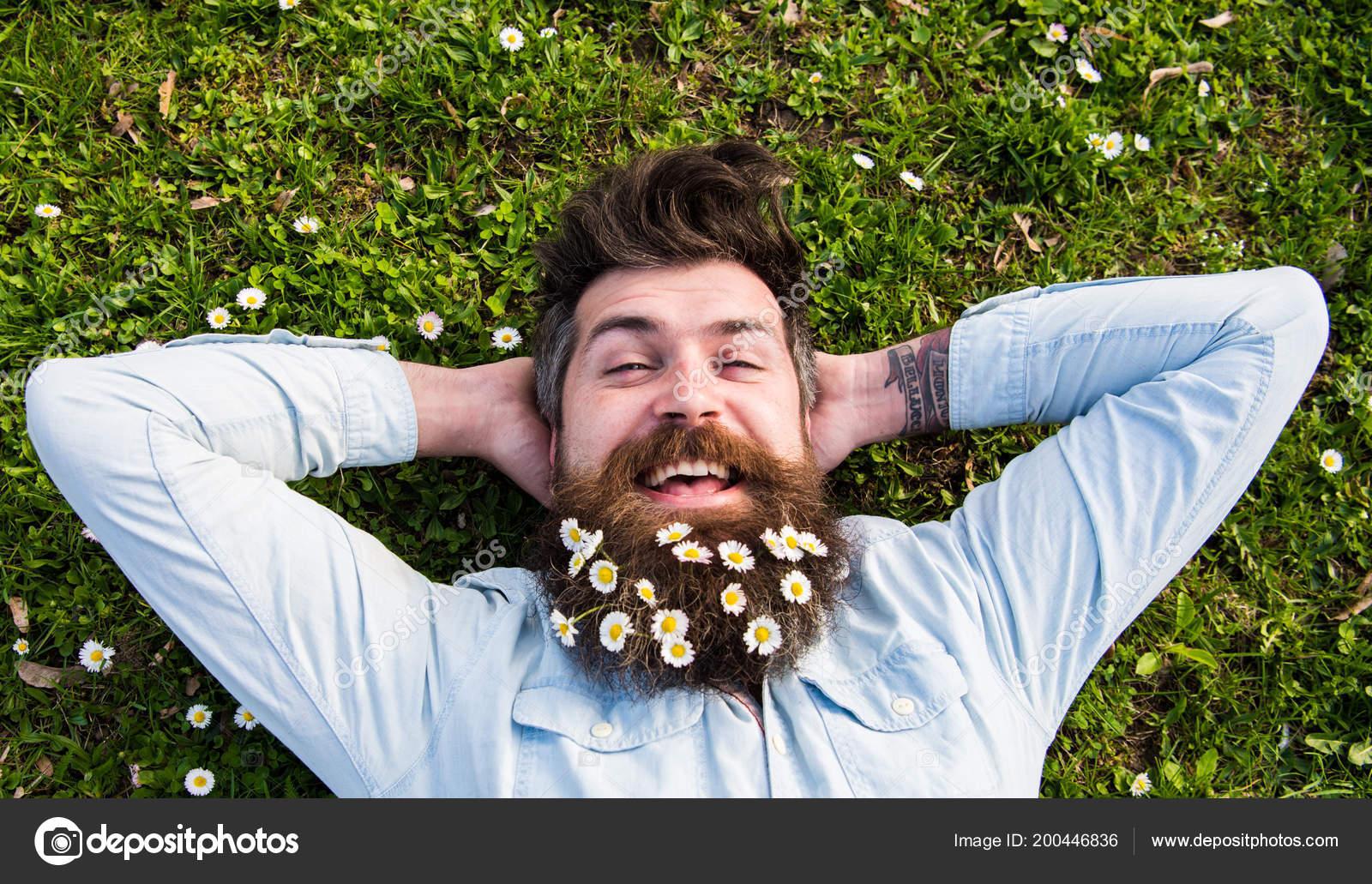 Concepto de vacaciones de primavera. Hipster cara feliz pone en hierba 7cc1ccacc57