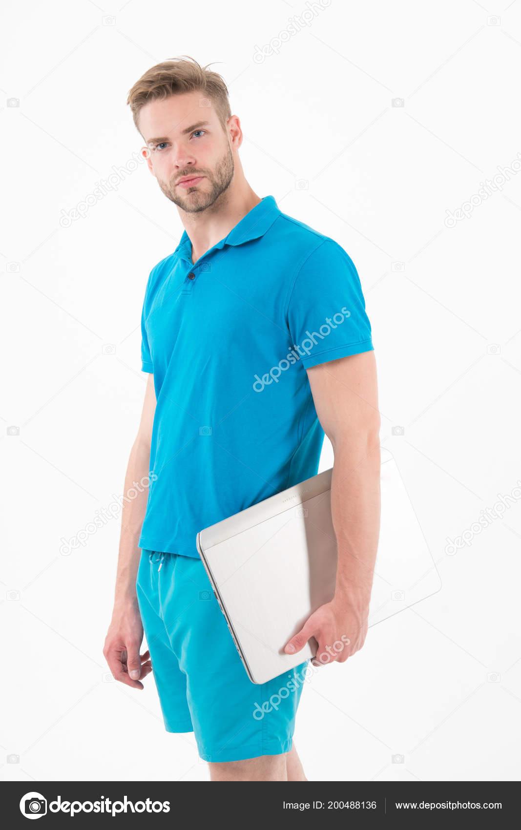 27f22b7e6f8fc ... vêtements de sport bleu isolé sur blanc. Homme avec ordinateur de jeu  internet. Les paris sportifs et jeux d'argent en ligne. Nouvelle technologie  pour ...