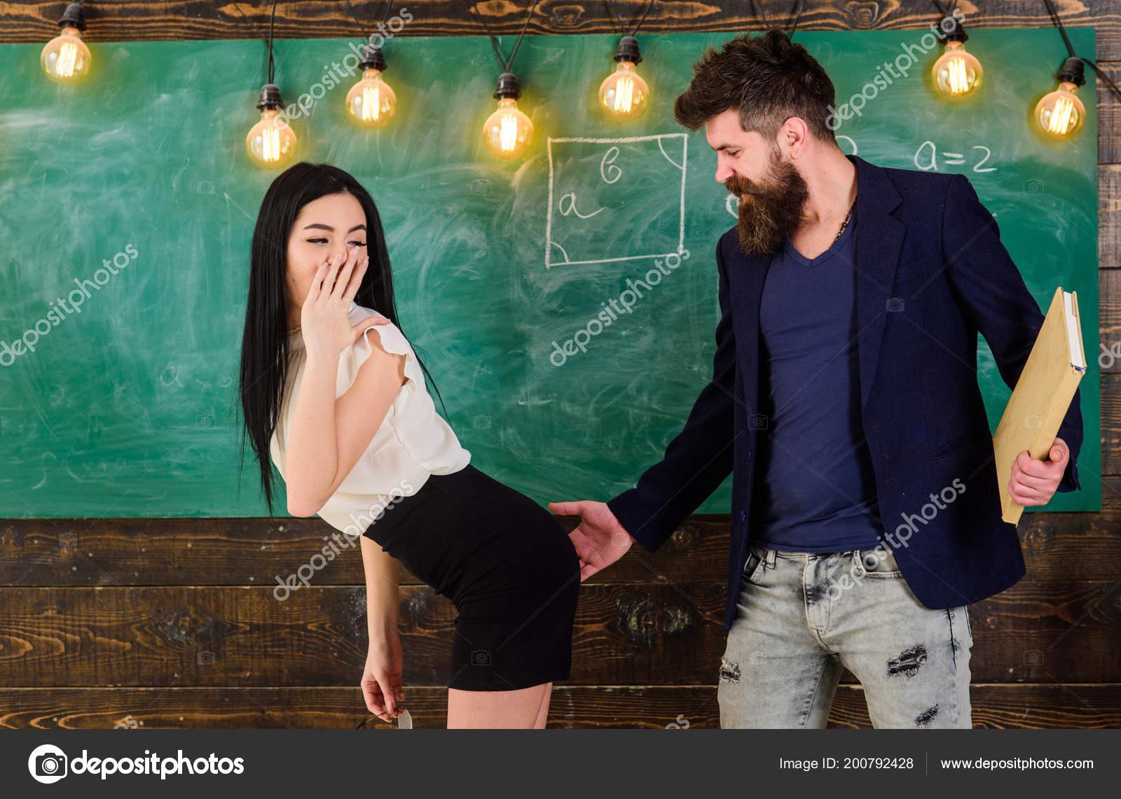 Учитель наказал ученицу по жопе, Училка наказала ученицу за курение в туалете порно 25 фотография