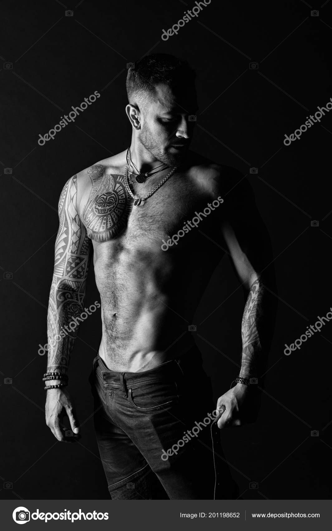 Homme Au Bras Tatoue Et La Poitrine Homme Barbu Avec Torse Fort