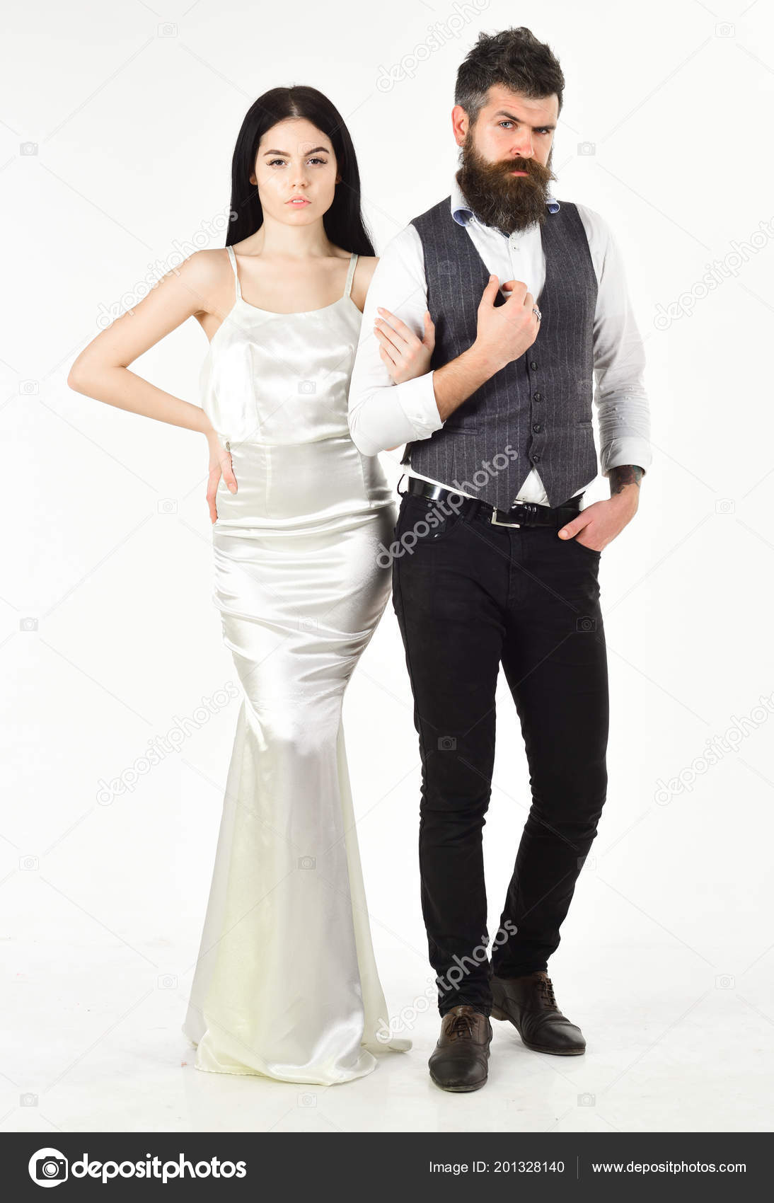 8045ef9ac Barba hipster con novia vestidos para ceremonia de boda. Concepto de boda.  Pareja en el amor