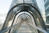 Skybridge üvegből és acélból. Modern szerkezet és az építészet. Skywalk. Stílus és design. Mehetnék és utazási