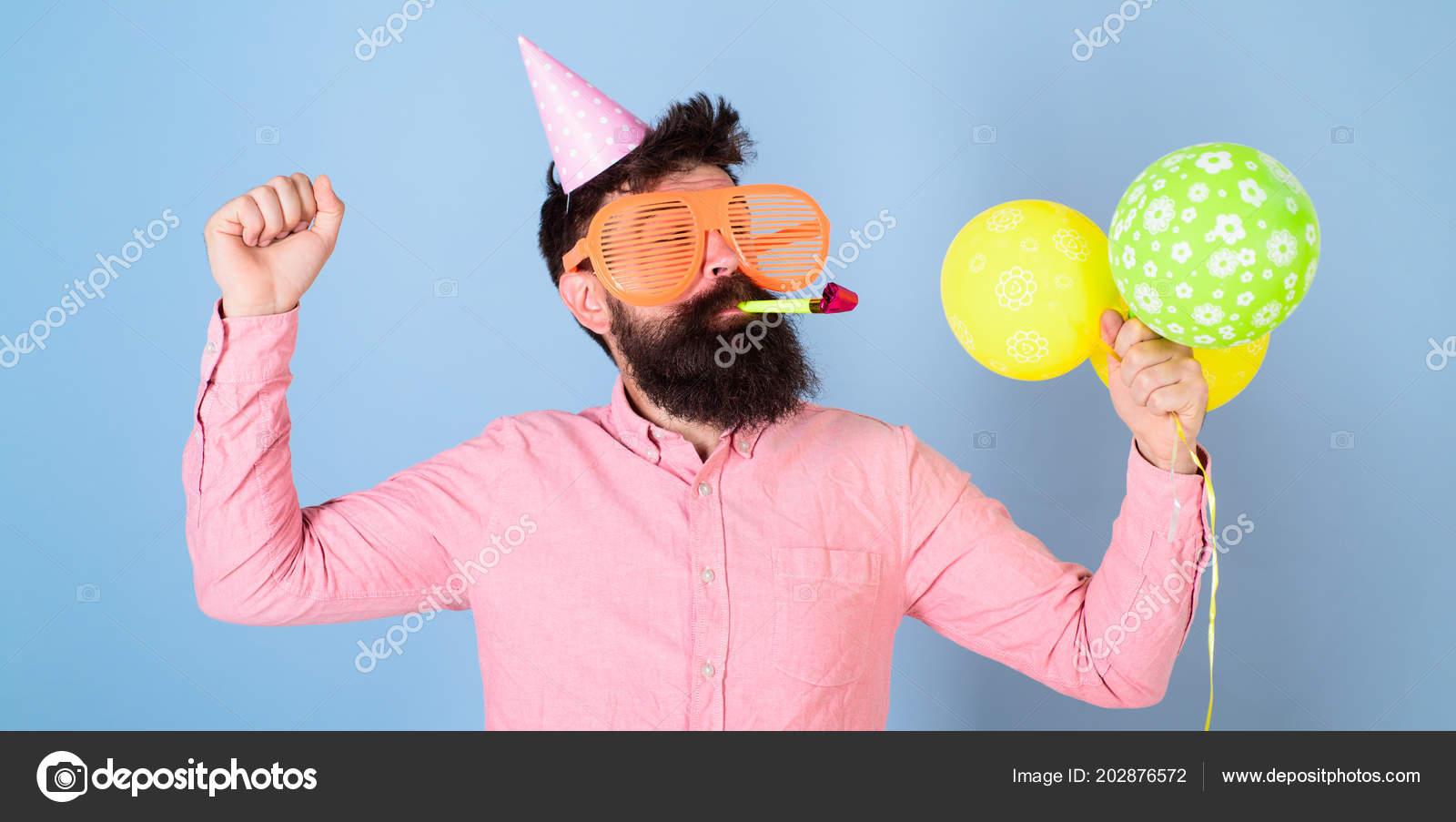 Uomo Barbuto In Cappuccio Di Compleanno Ed Enormi Occhiali