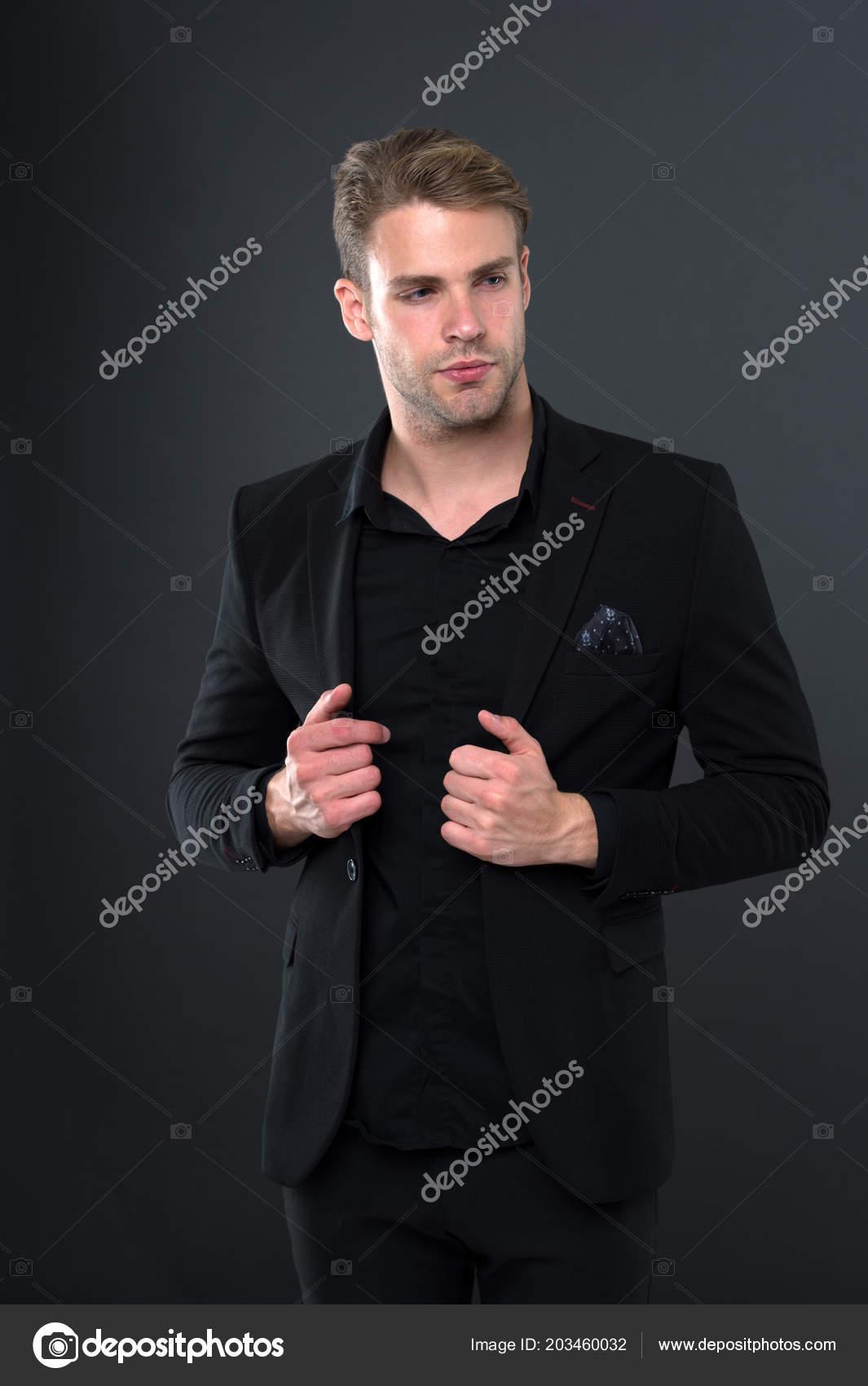 Fondo oscuro de hombre bien arreglado elegante traje formal negro pañuelo  bolsillo. ab837b766151