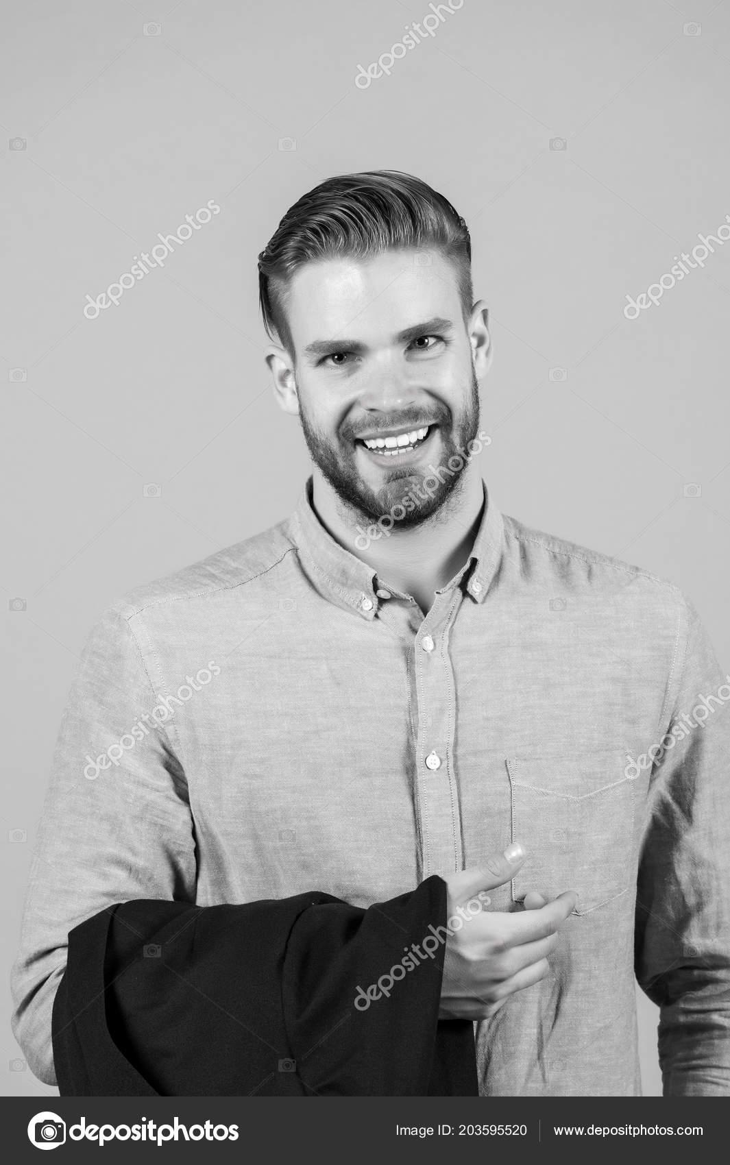 Sonrisa De Hombre Con Barba De La Cara Y Cabello Rubio