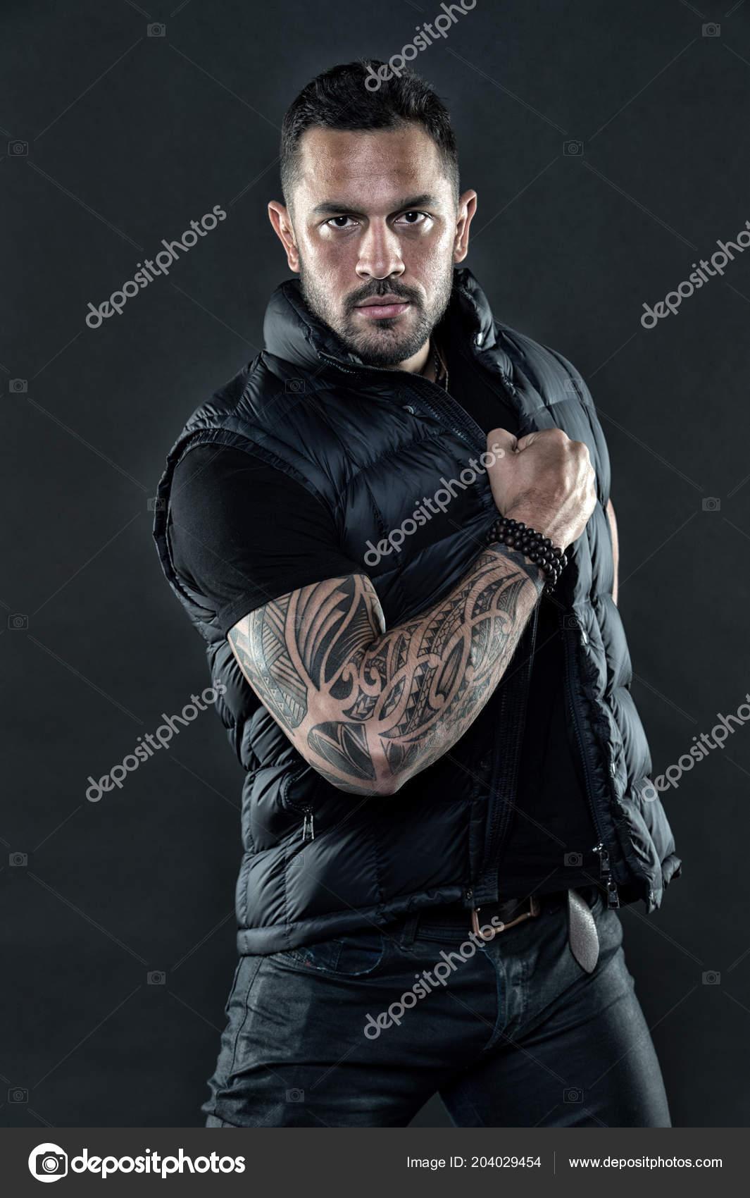homme tatou en v tements la mode homme avec tatouage sur la peau du bras macho de mode avec. Black Bedroom Furniture Sets. Home Design Ideas