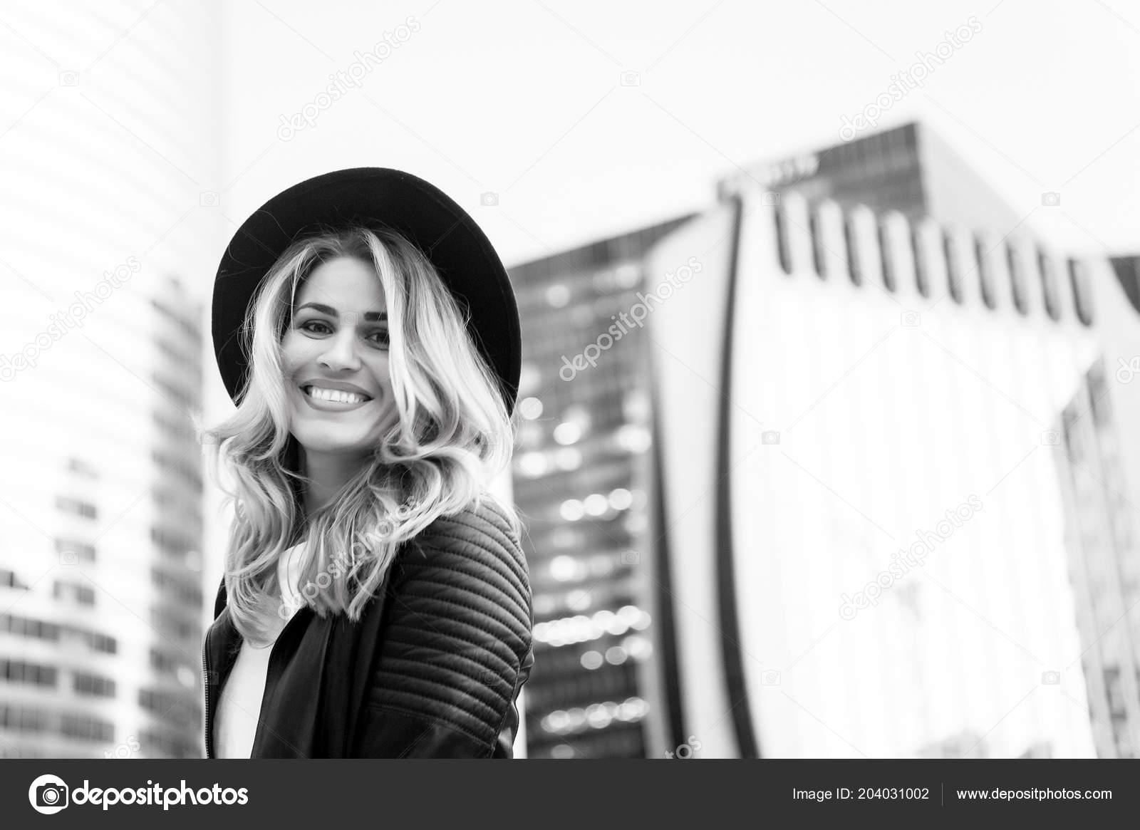 Heureuse Femme Aux Longs Cheveux Blonds Coiffure à Paris