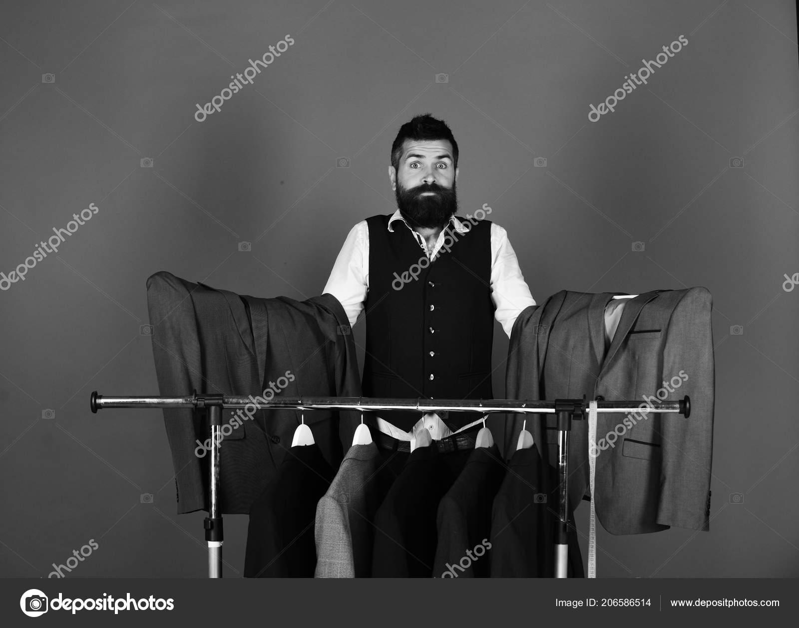 8c61e61cd Férfi szakállal által ruhát állvány. Zavaros arc üzletember ...