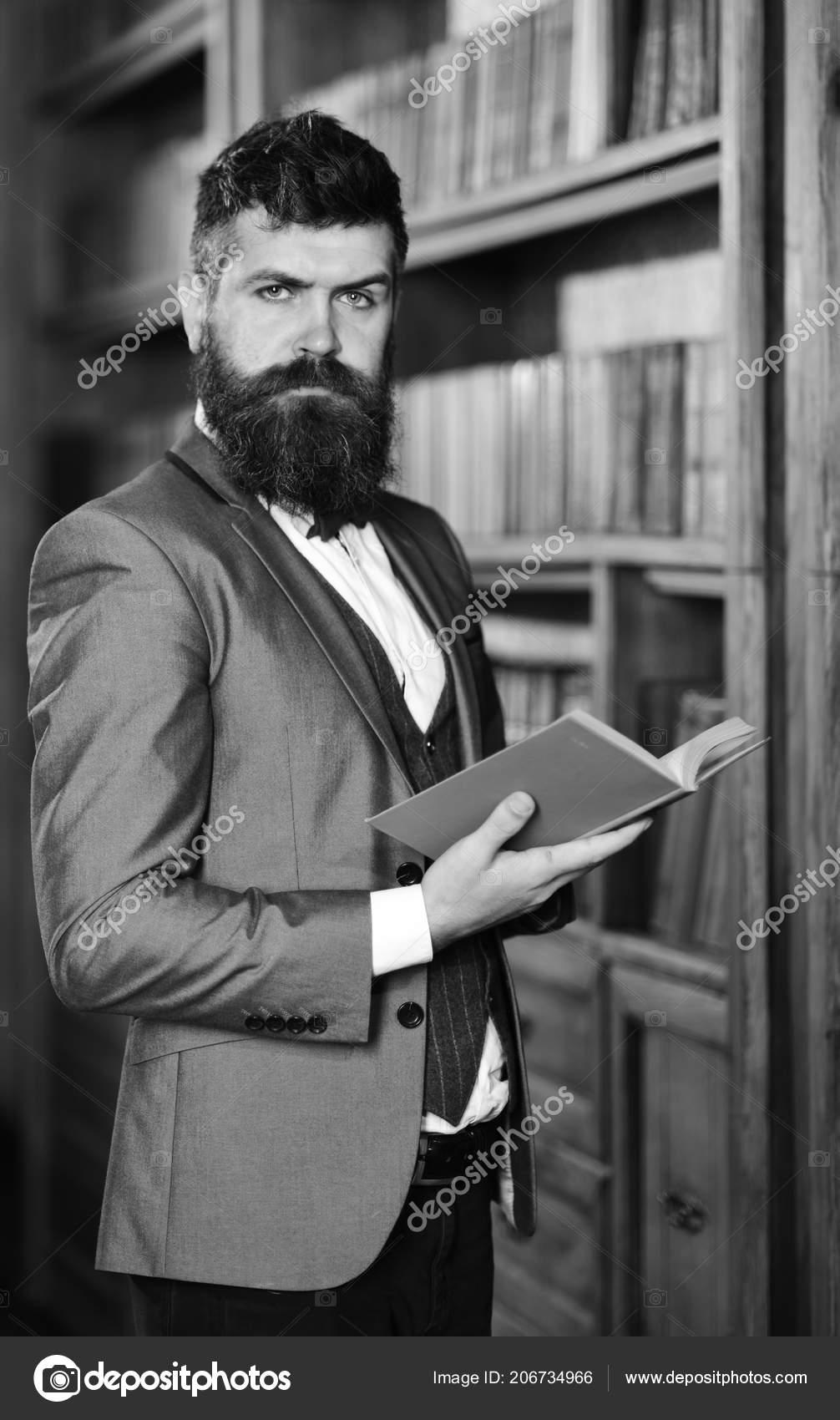 0e6c94f38 Homem maduro com cara confiante e barba longa. Confiança, sucesso,  educação, pesquisa