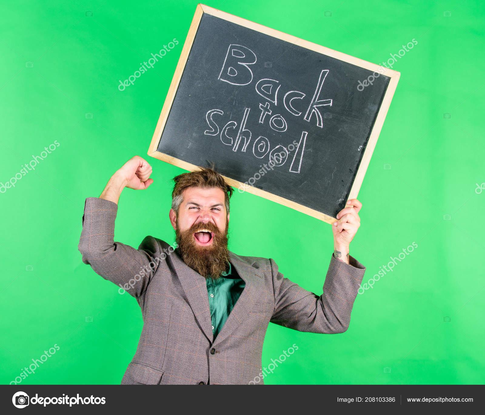 Zpátky do školy speciální nabídka. Nabídka pro učitele a vychovatele. Muž  vousatý učitel drží tabuli zpět ... 7e80c68e2f