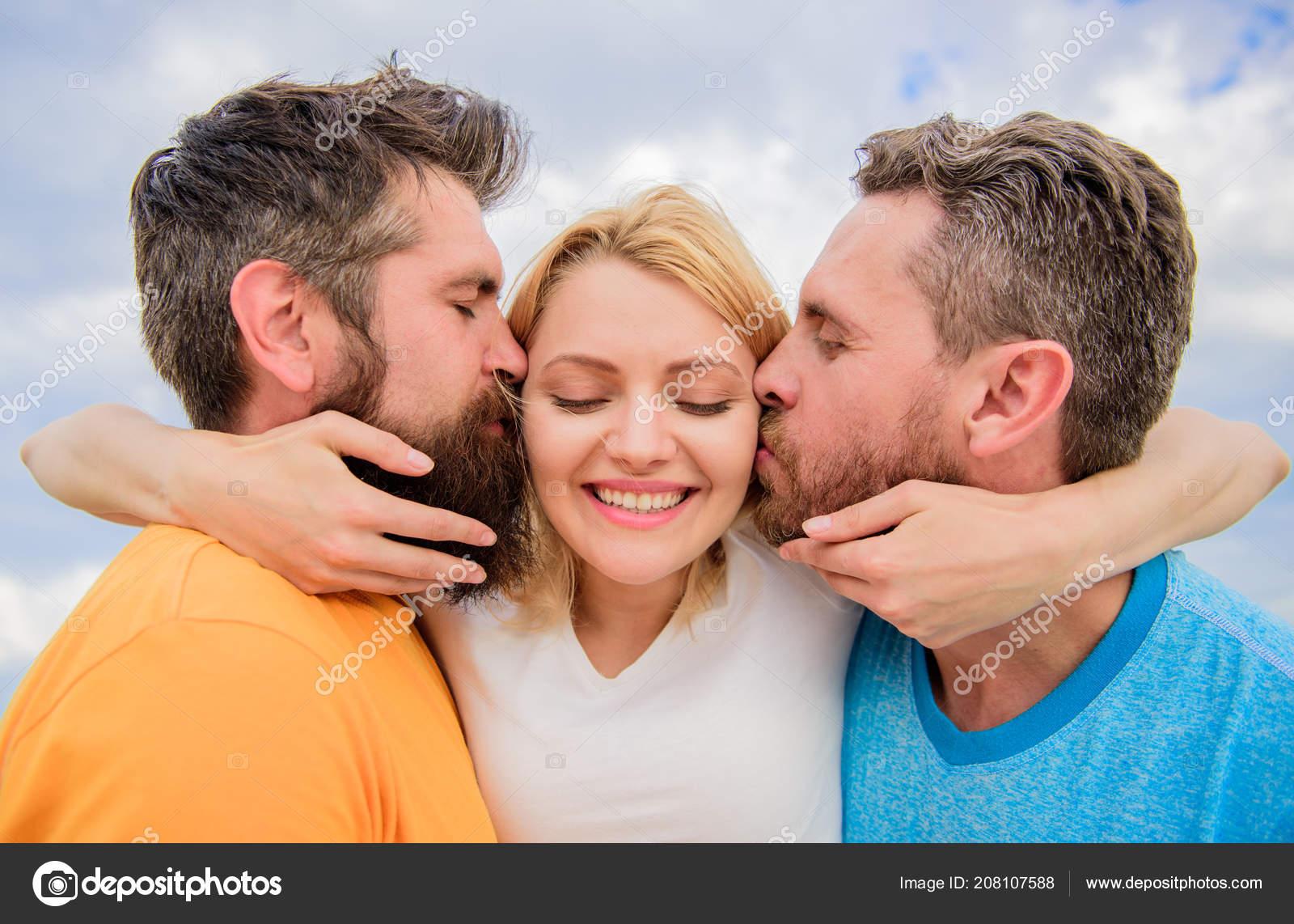 Фото саратова девушка с двумя парнями фото эротика