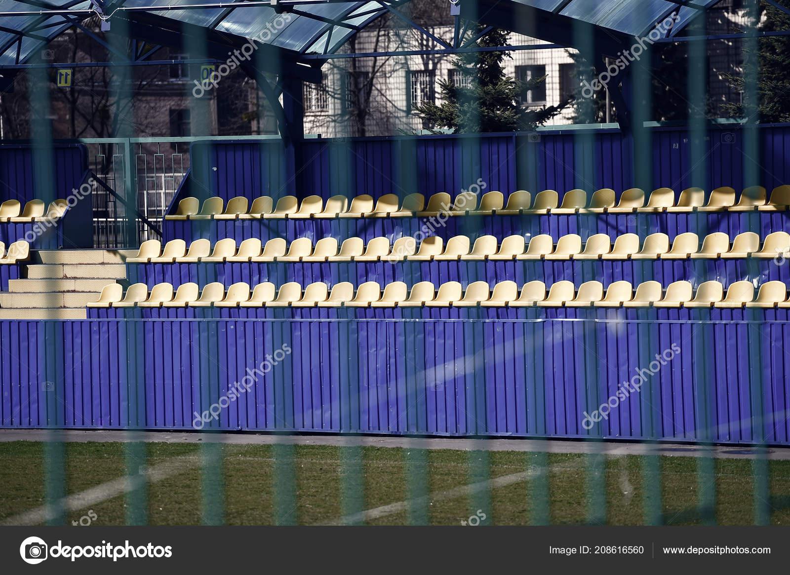 Leere Gelbe Und Blaue Fussball Stadion Tribune Hinter Zaun