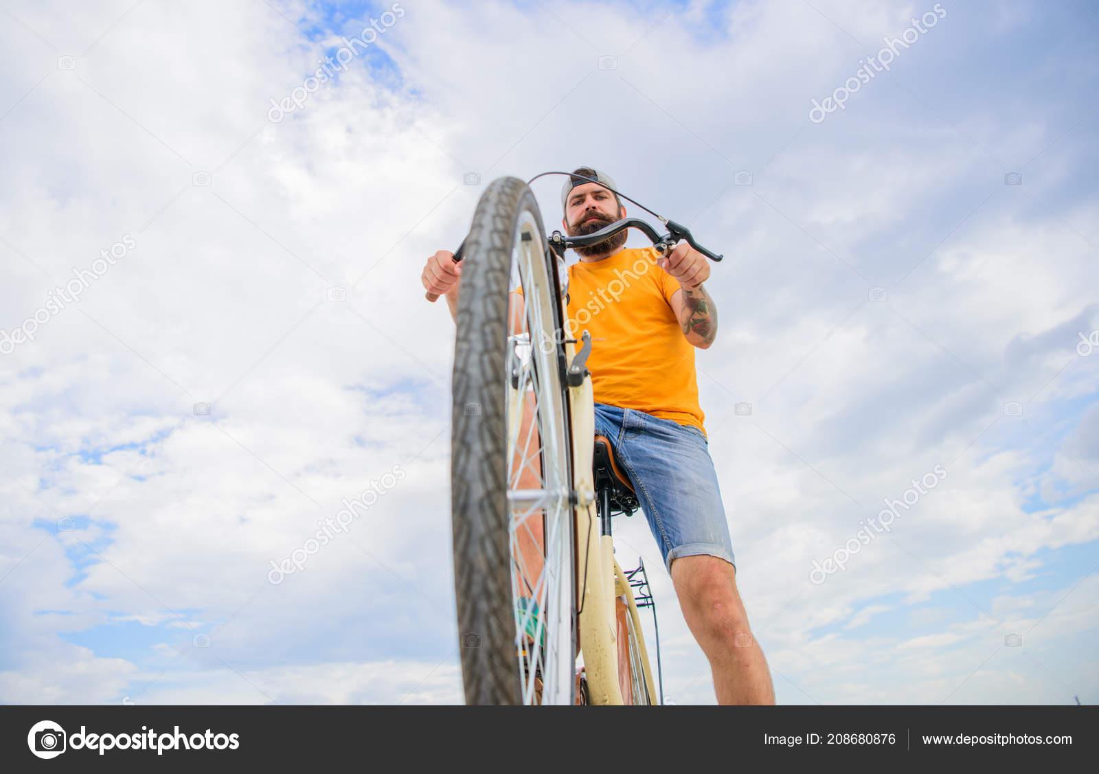 Ruote bici guida all acquisto uomo barbuto hipster gite in