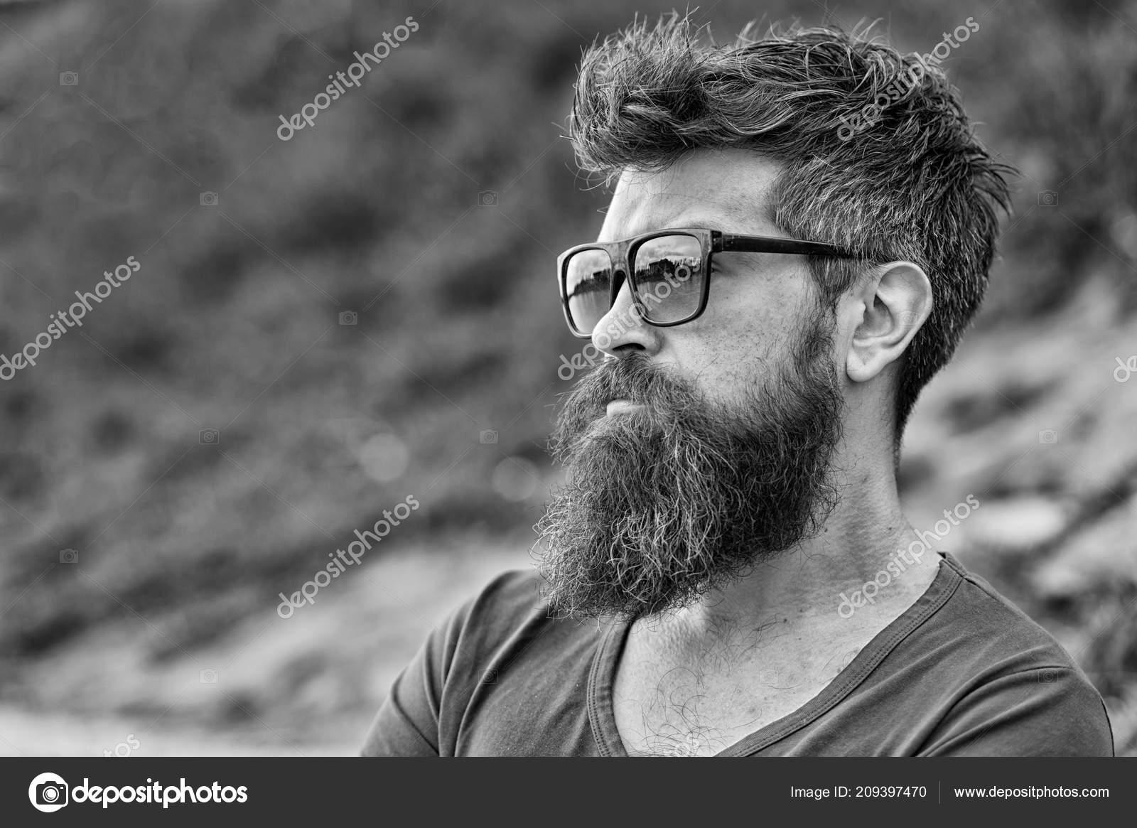 Hombre con barba y bigote en cara estricta dcbd8823c64