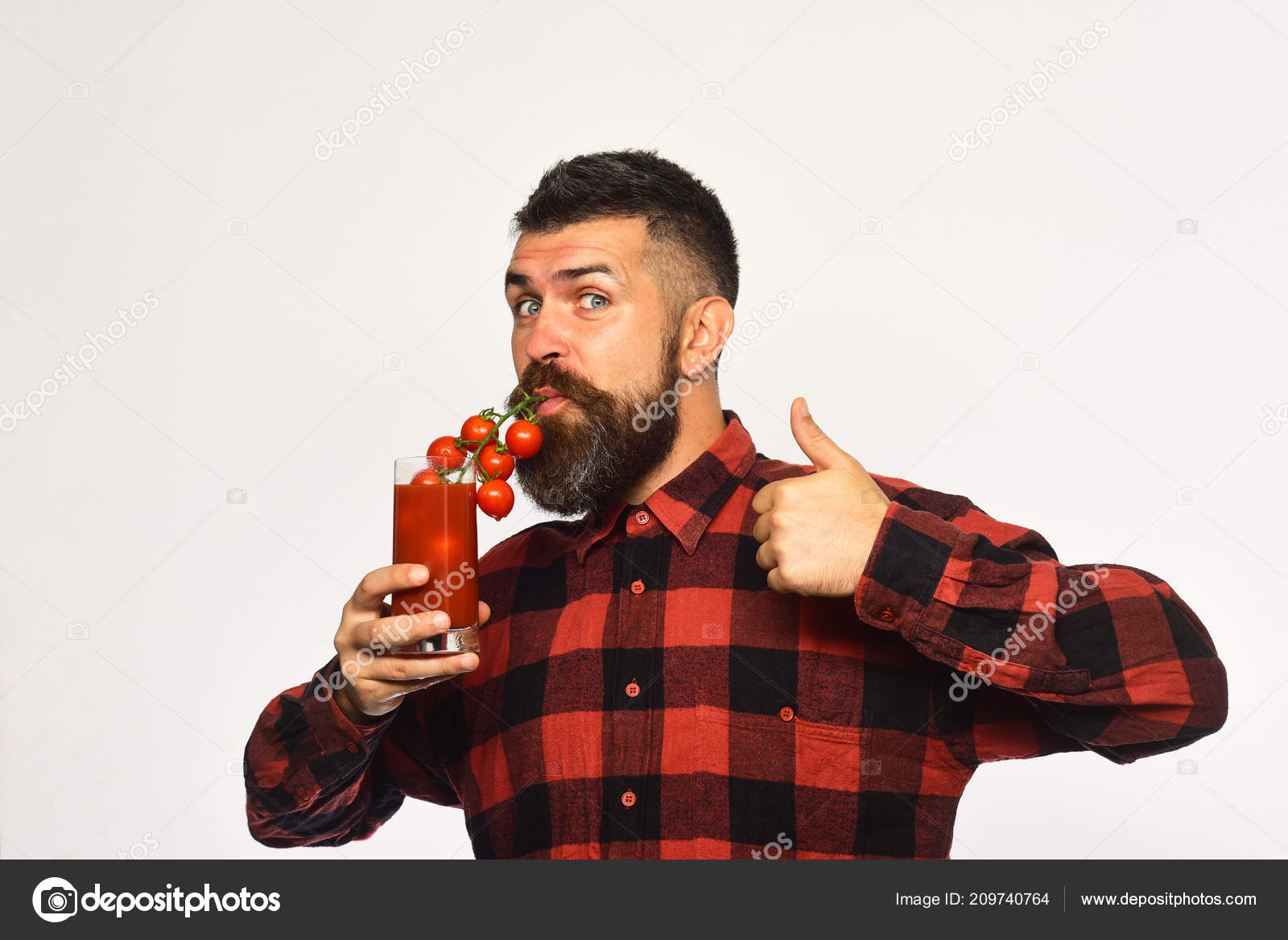 Hombre con barba bebe jugo de tomate aislado sobre fondo blanco — Foto de  Stock da38f5ffcd2