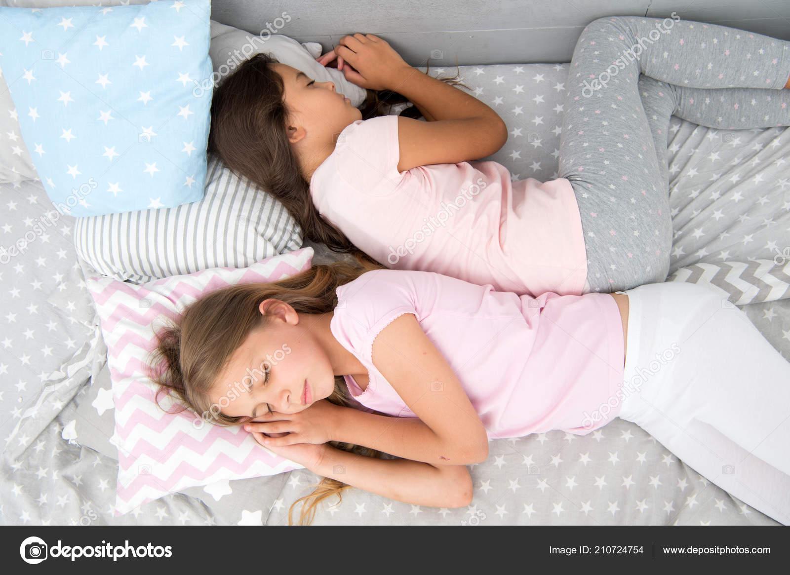 Трахнул красивую сестру пока она спала, У брата и сестры одна комната на двоих - видео ролик 17 фотография