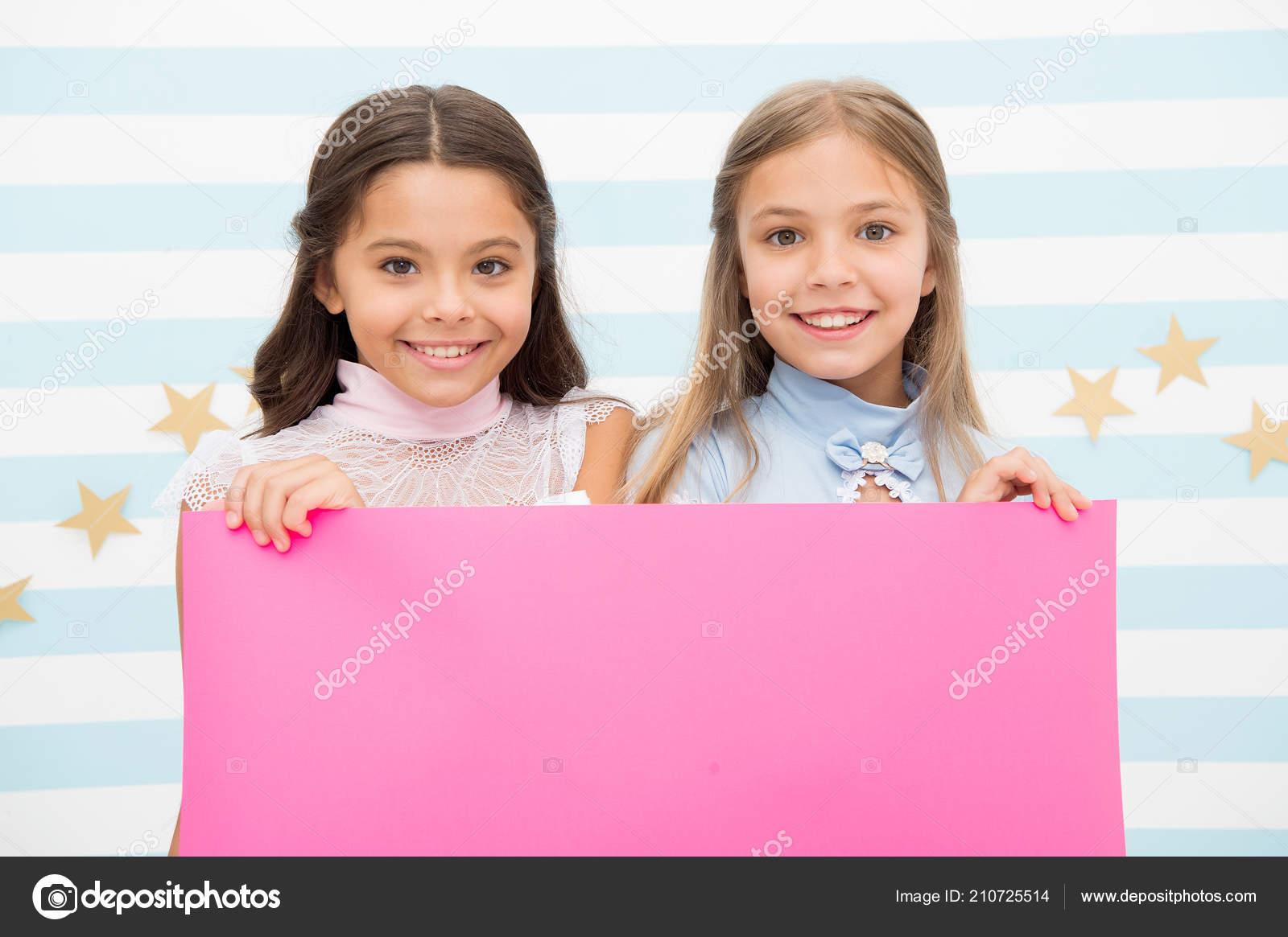 b864e569a2c Anuncio de la escuela para los niños. tu publicidad aquí. niños de las  niñas pequeñas con ...