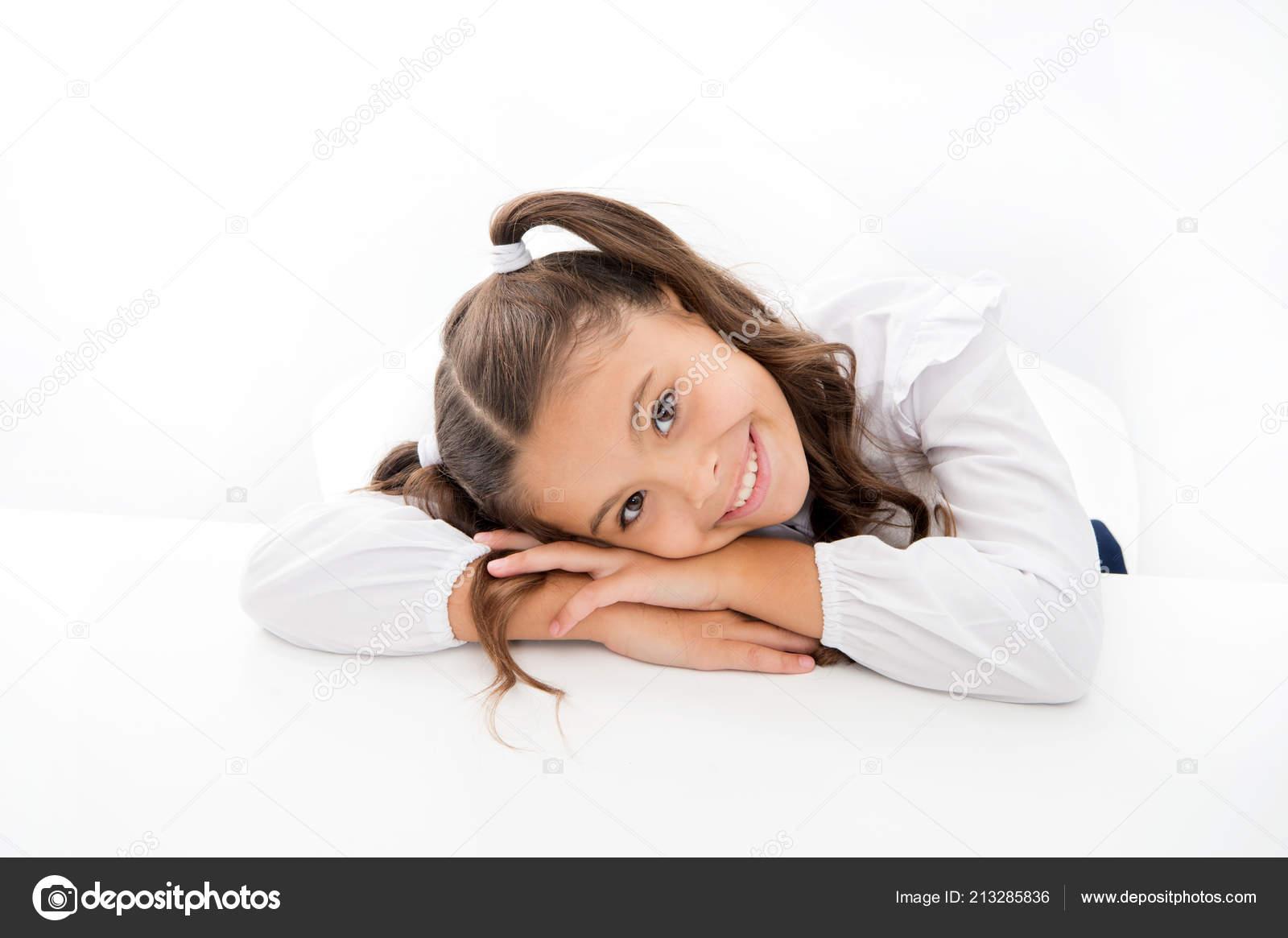 Coiffure d écolière mignonne queue de cheval maigre sur bureau