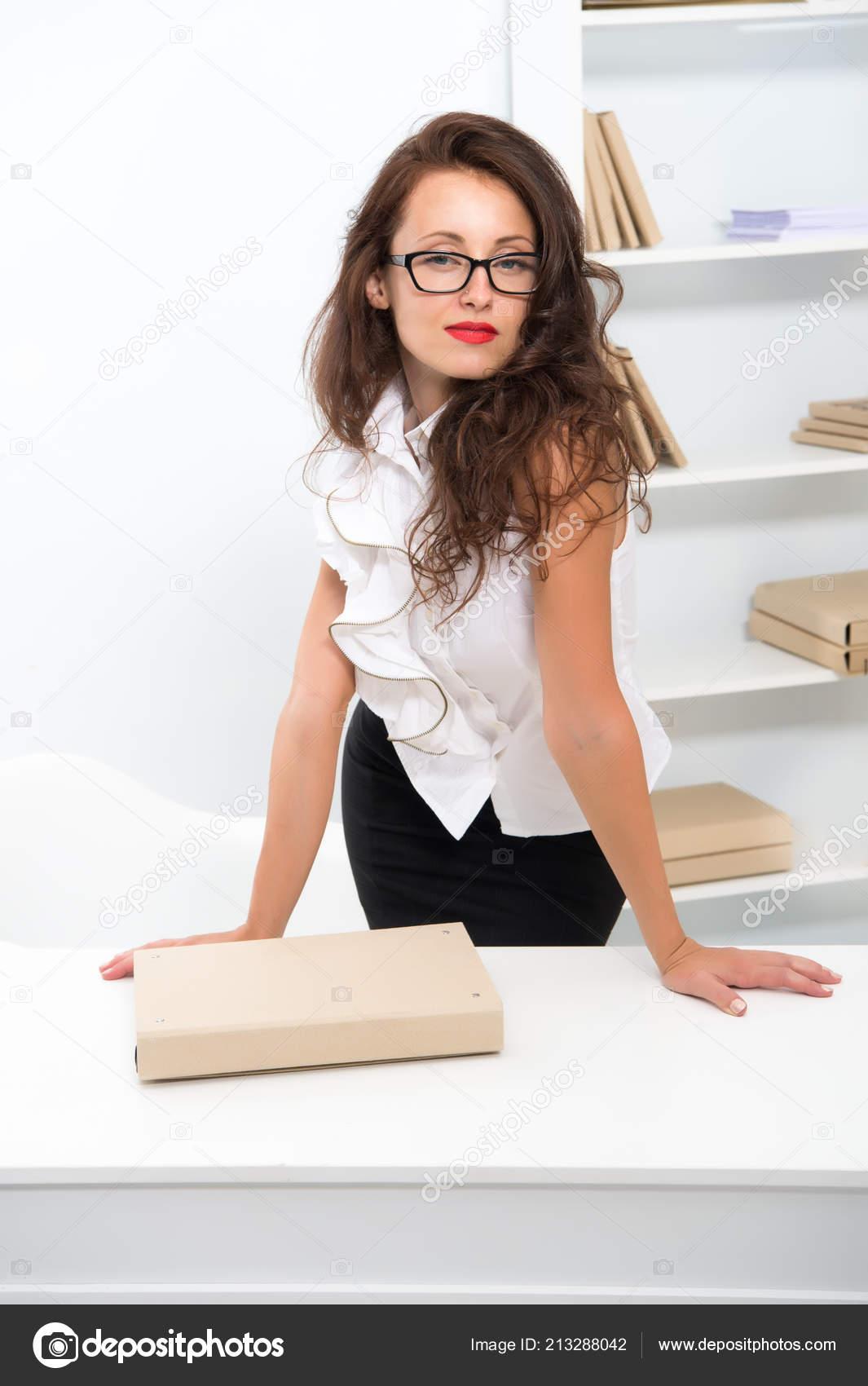 2859900ee567 Γυναίκα με μακριά μαλλιά λευκή μπλούζα. Δασκάλα με γυαλιά φαίνεται  ελκυστικό. Σαγηνευτικό γραφείο διαχειριστή ποζάρει με σιγουριά. Θέλει  Έλεγχος εγγράφου.