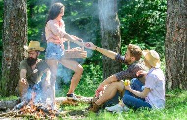 Arkadaşlar şenlik ateşi rahatlatıcı. Arkadaşlar doğa orman arka plan tatil veya eğlence keyfini çıkarın. Mükemmel bir gün yürüyüş piknik için planlıyoruz. Ormandaki hoş zammı piknik. Şirket arkadaşlar ya da aile piknik rahatlatıcı