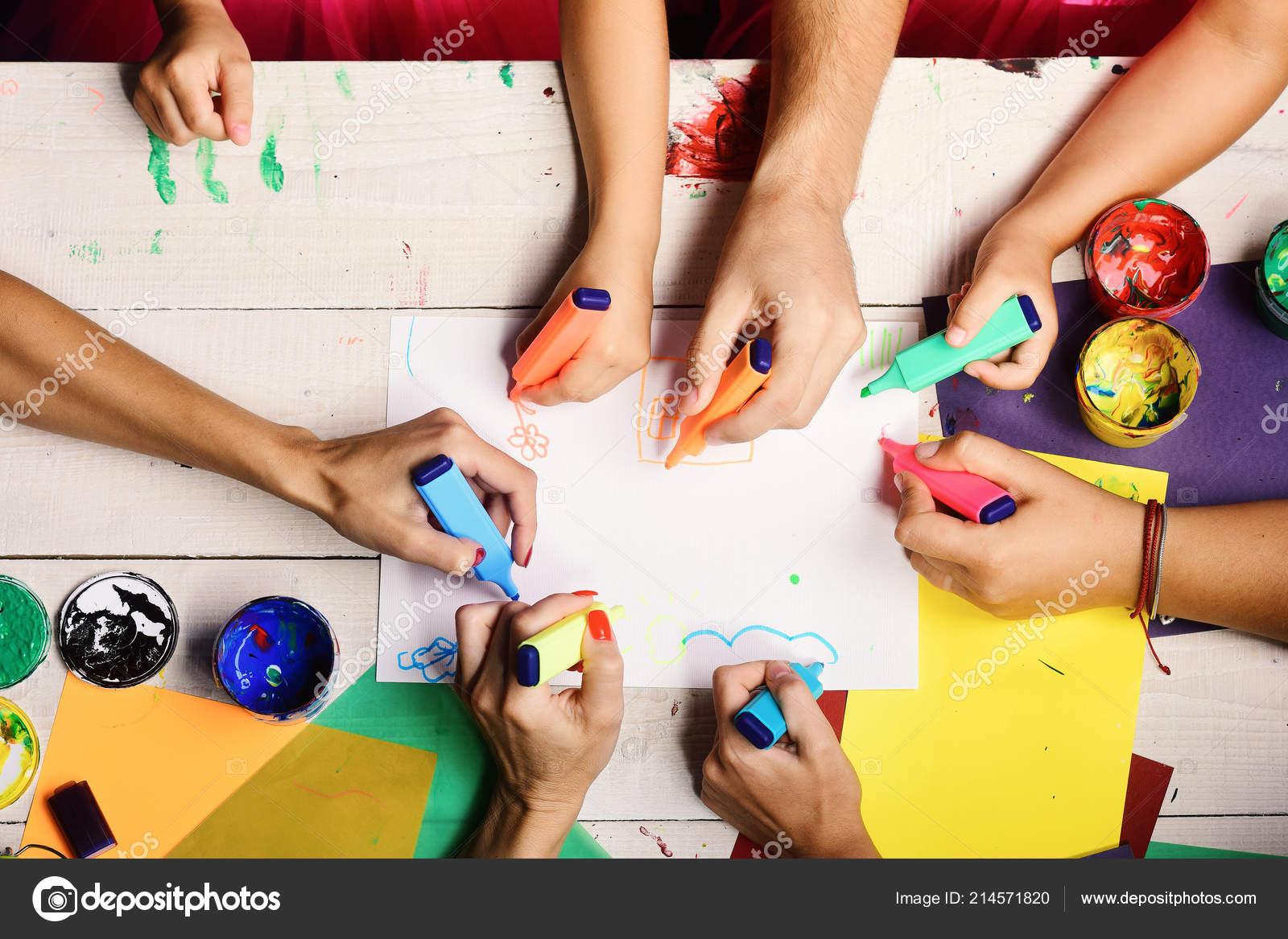 Maos Segurar Marcadores Coloridos E Desenhar Vista Superior