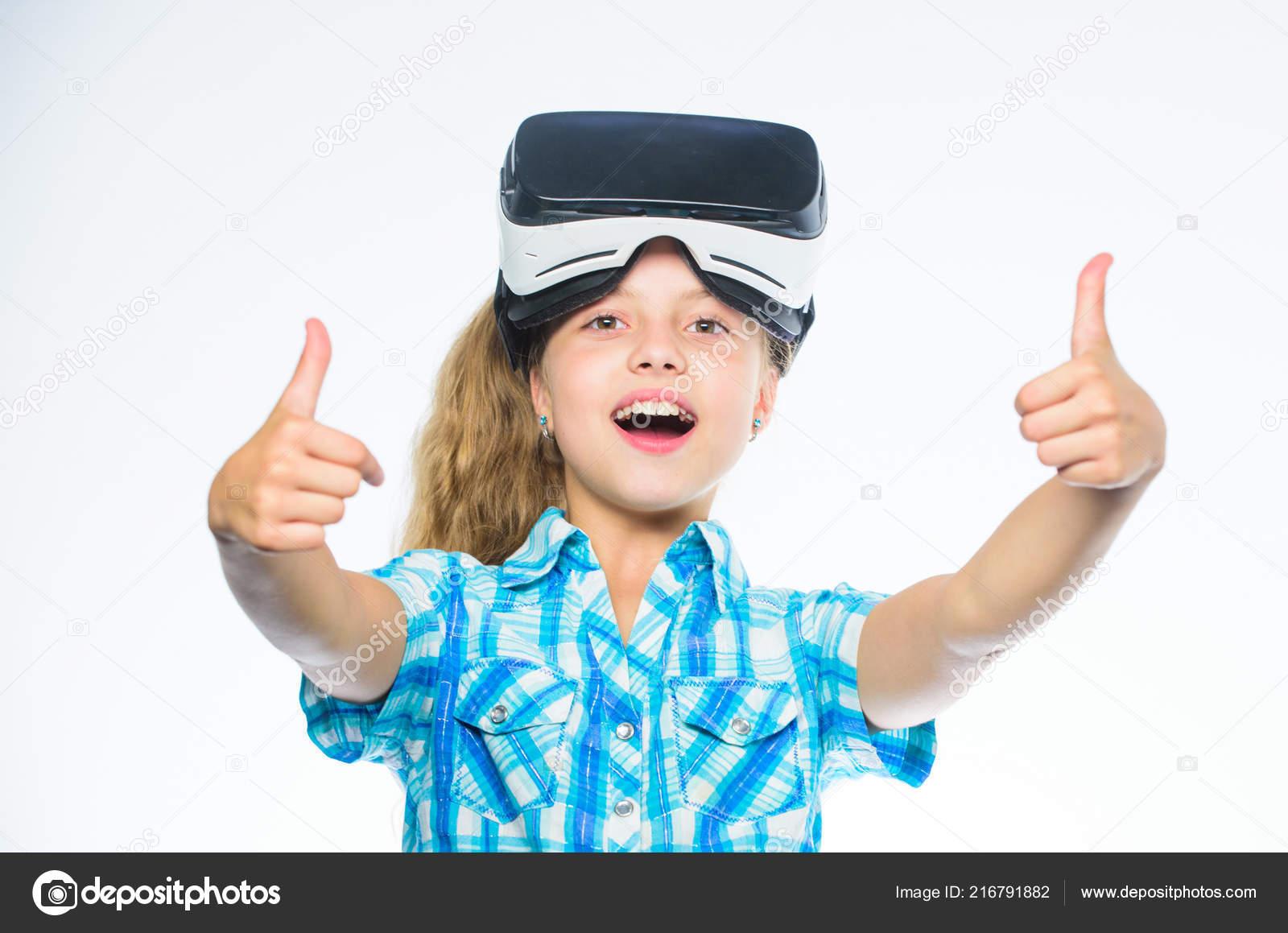 Gyerek lány vr szemüveg. Kis gamer koncepció. Gyermek játszani a virtuális  játékok 84f2718509