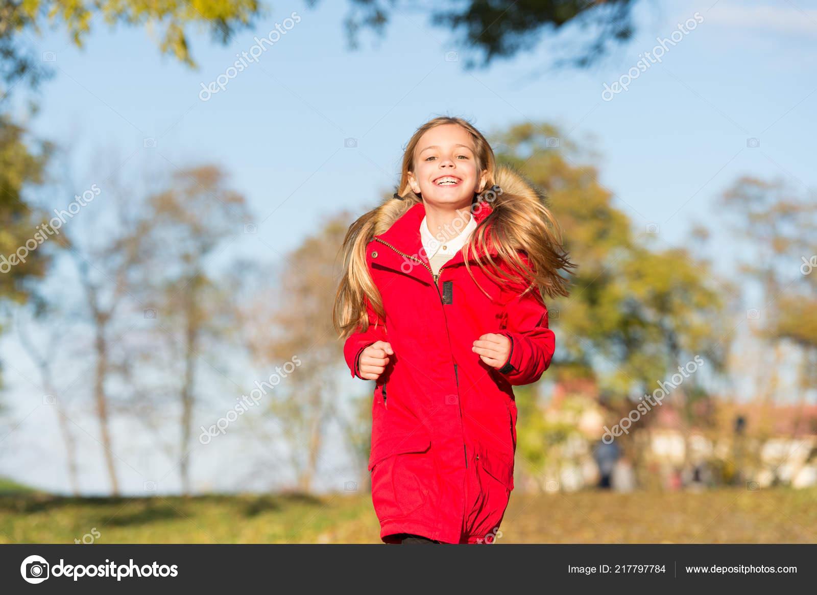 a9825d112e2120 Детские девочка одежда пальто для осеннего сезона характер фона. Держите  тело теплую одежду осенние дни. Осенний наряд концепции.