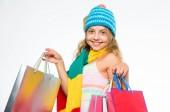 Fotografie Herbstkleidung kaufen. muss neueste Trends haben. Einkaufen mit Rabatt Black Friday Sale. große Verkauf lukrative Deals. Black-Friday-Verkauf. Mädchen Strickmütze halten Bündel Einkaufstüten. Herbstverkaufssaison