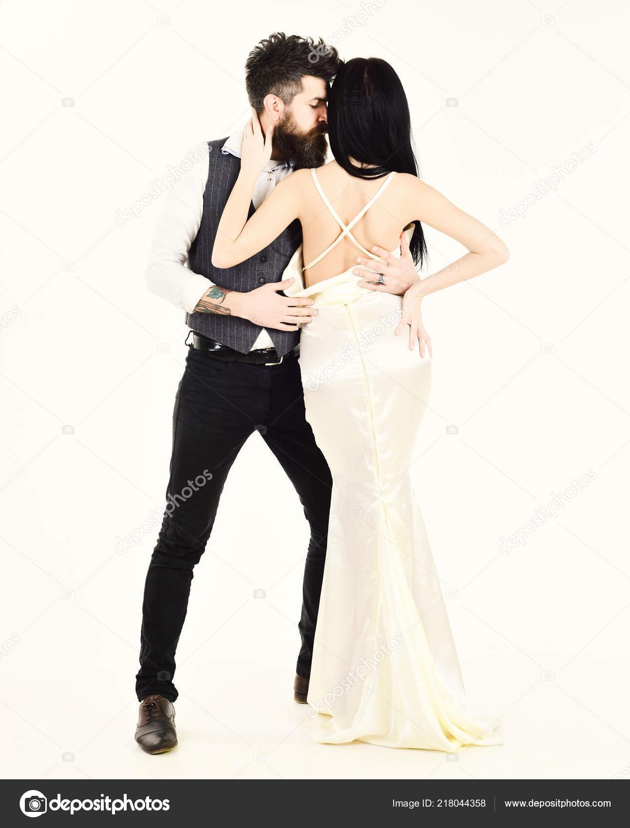 70eb729e076c Hipster con signora vestito per la cerimonia nuziale. Coppia in amore