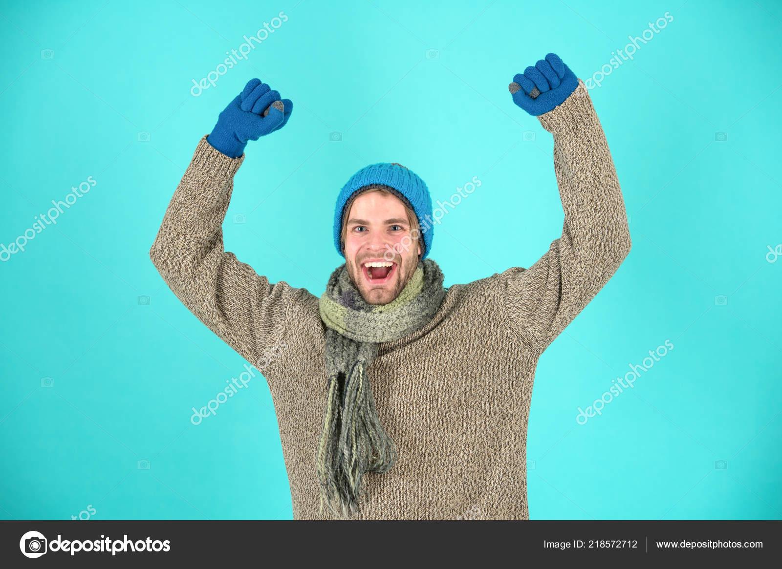 Φθορά άνθρωπος πλεκτά ρούχα φόντο τιρκουάζ. Χειμερινά Αξεσουάρ έννοια.  Χειμερινή μόδα e6b62a63f91