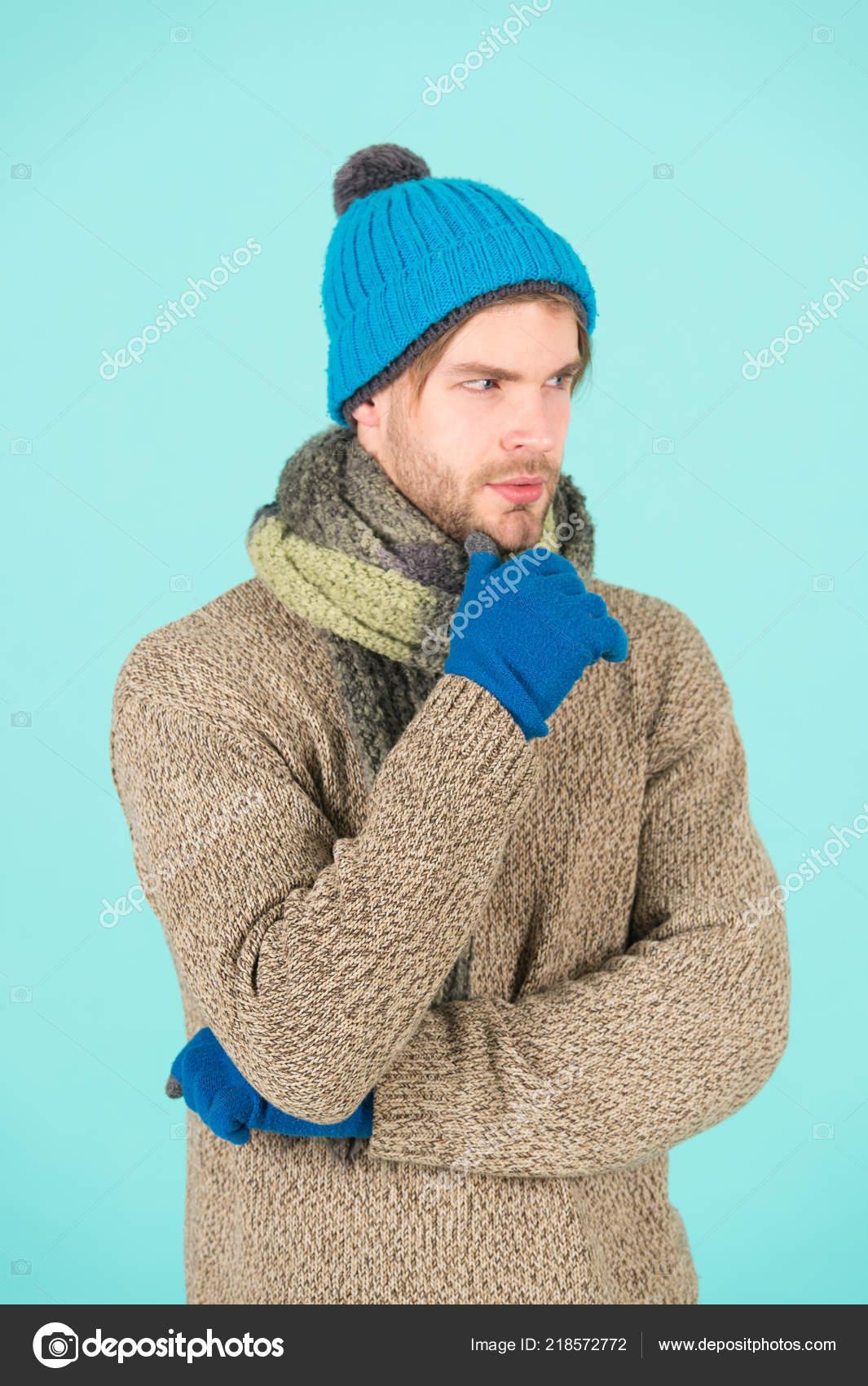 bc2eb1bb430 Χειμερινή μόδα, πλεκτά ενδύματα. Ο άνθρωπος, πλεκτό καπέλο γάντια και  κασκόλ χειμερινή μόδα. Φθορά άνθρωπος πλεκτά αξεσουάρ φόντο τιρκουάζ.  Χειμερινά ...