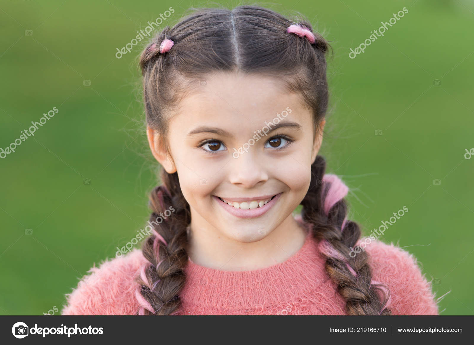 d8723050017 Φθινοπωρινή μόδα για το όμορφο κορίτσι. Ευτυχισμένη παιδική ηλικία.  Φθινόπωρο snuggles. Άνετα και όμορφα. Ευτυχισμένη κοριτσάκι στο Φθινοπωρινό  πουλόβερ.