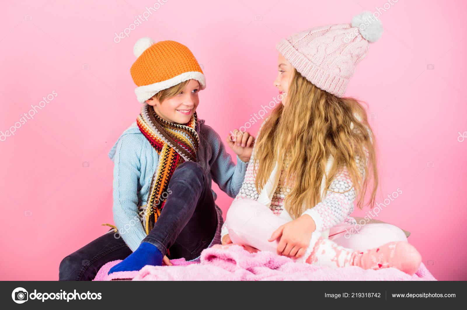 Κορίτσι και αγόρι ρούχα πλεκτά καπέλα χειμώνα. Χειμερινή σεζόν μόδας  αξεσουάρ και ρούχα. Παιδικά πλεκτά καπέλα χειμώνα. 1f305e94d22
