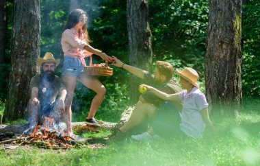 Arkadaşlar şenlik ateşi rahatlatıcı. Arkadaşlar doğa orman arka plan tatil veya eğlence keyfini çıkarın. Ormandaki hoş zammı piknik. Şirket arkadaşlar ya da aile piknik rahatlatıcı. Mükemmel bir gün yürüyüş piknik için planı
