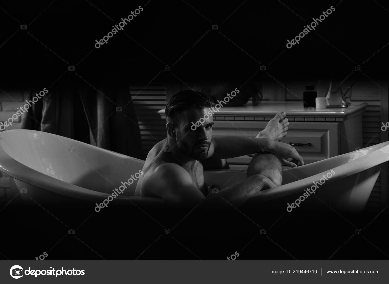 Uomo con barba e sorriso sicuro essere spiati in bagno ...