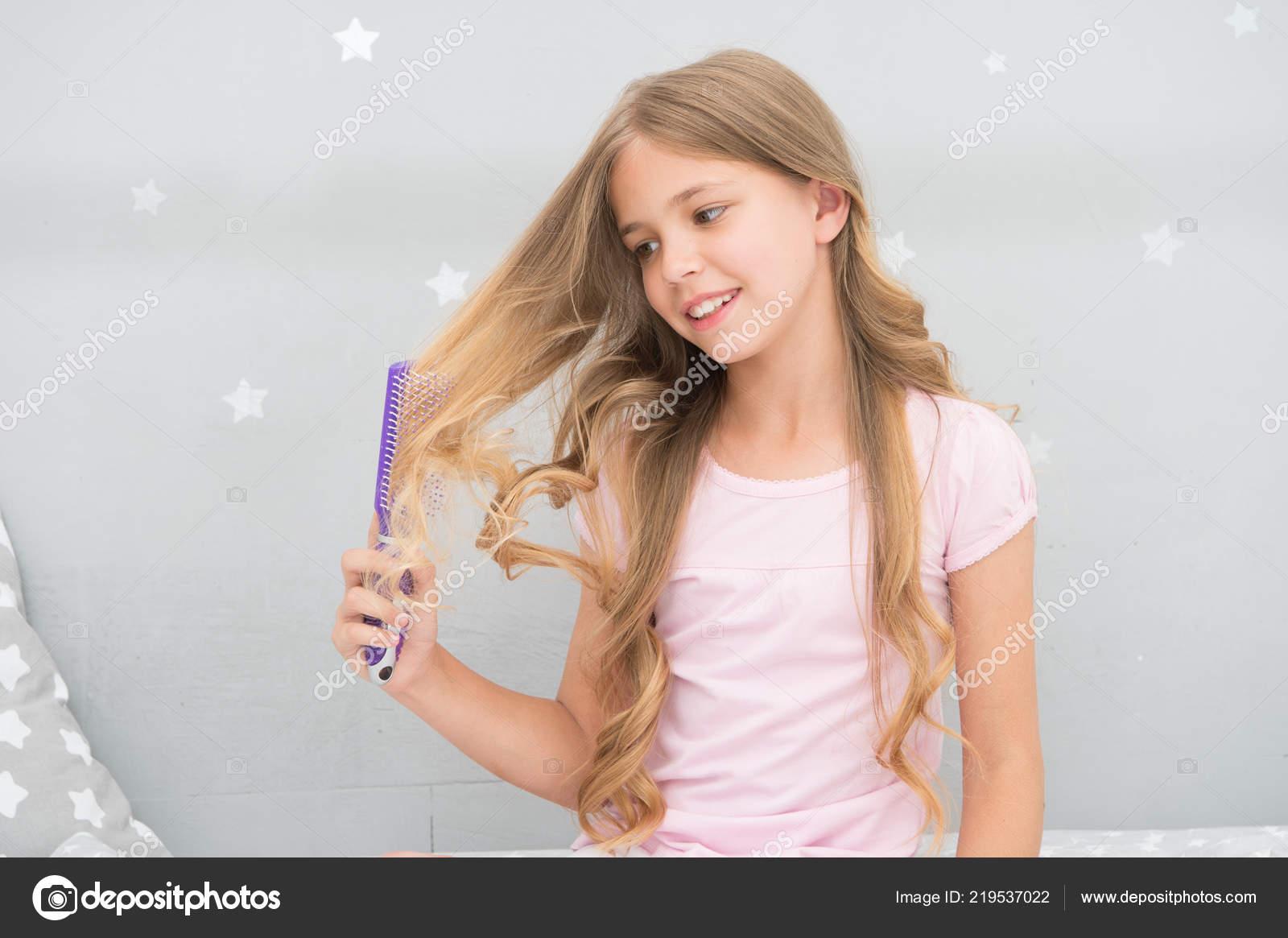 Kind Lockige Frisur Halten Haarbürste Oder Kamm Tragen Sie