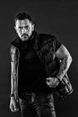 Dostal macho styl. Hispánský muž. Svalové muži nosit módní trendy oblečení. Móda a styl. V dobré svalový tonus, černé a bílé