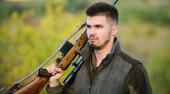 A fickó vadászat természeti környezet. Férfias hobbi tevékenység. Vadászati idény. Az ember szakállas puska jellegű háttérrel vadász. Tapasztalat és gyakorlat kölcsönöz a vadászat sikere. Hogyan kapcsolja be a hobbija a vadászat