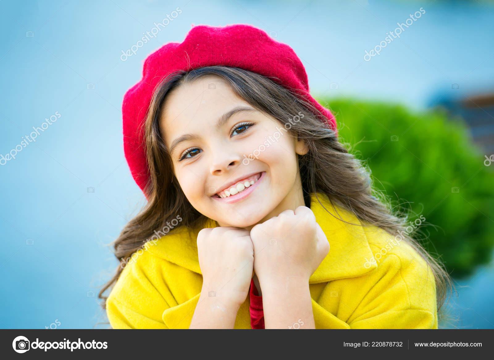 007ab9d9d5 Garoto garota brilhante chapéu boina longo cabelo encaracolado. Acessório  de moda de chapéu de queda. Tendência francesa temporada de outono.