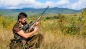 Fényképek Vadászat lövés trófeát. Puska látszó részére állat vadász. Vadászat hobbi és szabadidő. Man töltés vadászat puska. Vadászati felszerelés fogalma. Vadász khaki színű ruhát készen áll a vadászat természet háttér
