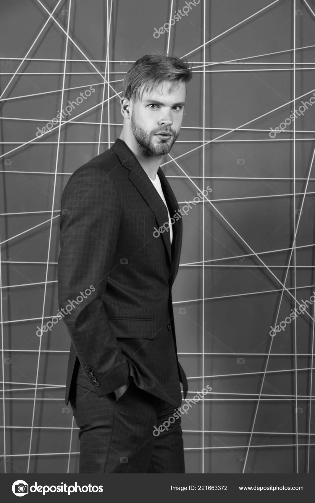 72def4298d Moda masculina e conceito de guarda-roupa elegante. Roupa apropriada  influenciar reputação na sociedade. Homem ou empresário desgaste clássico terno  azul ...