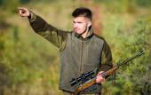 A fickó vadászat természeti környezet. Vadász szakállas puska természet háttér. Vadászat hobbi koncepció. Vadászati idény. Tapasztalat és gyakorlat kölcsönöz a vadászat sikere. Betakarítás állatok általában korlátozott
