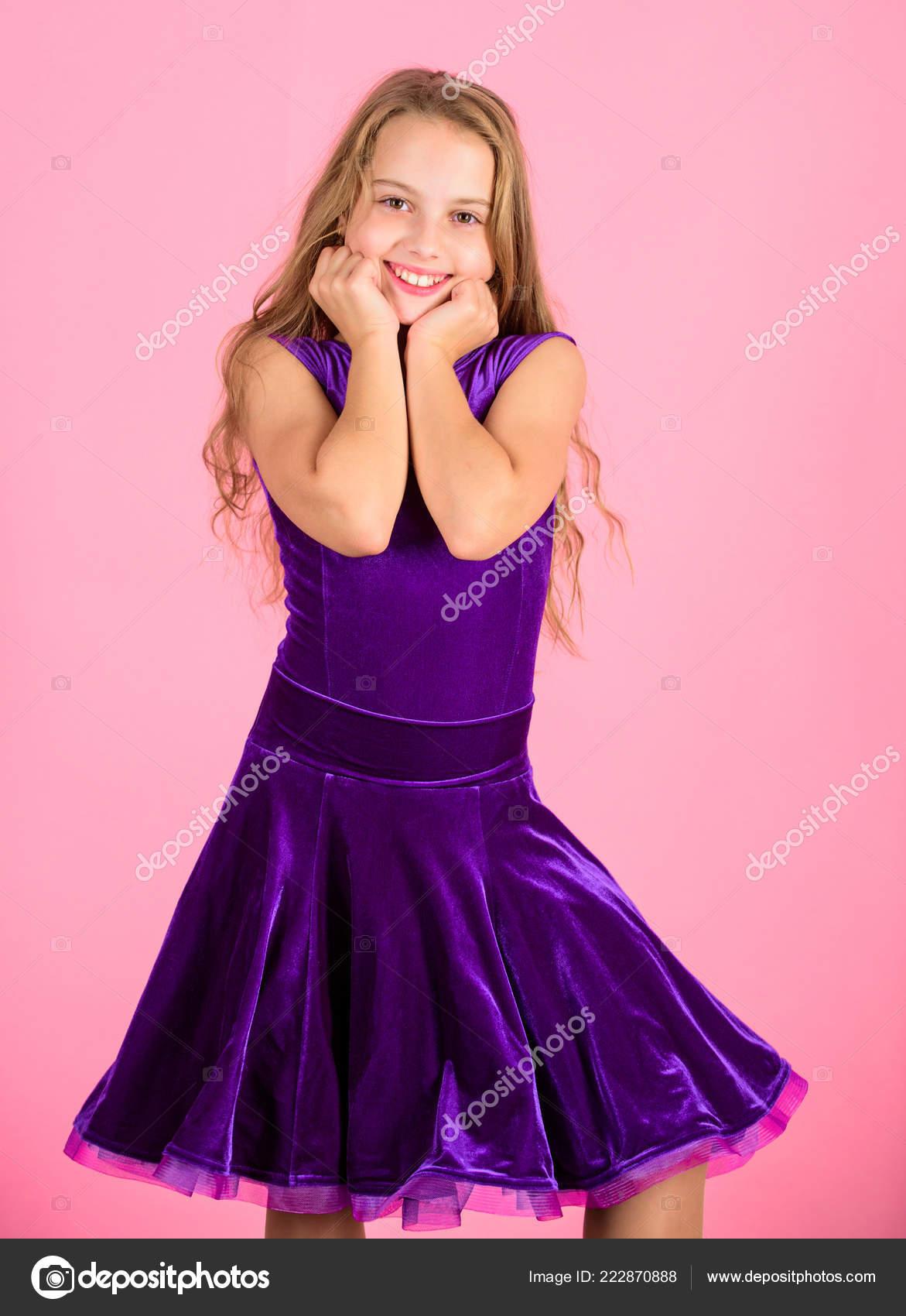 e7ed15f126 Ropa para baile de salón. Concepto de moda de ropa de baile de salón.  Bailarín chico satisfecho con traje de concierto. Moda de niños.