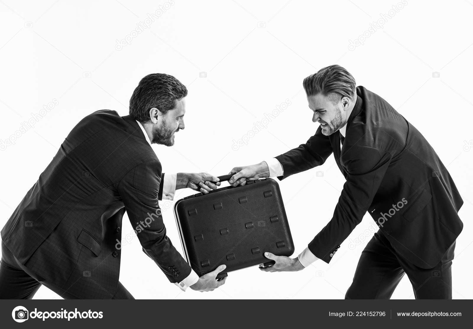124f776da0 Empresários ou homens em classic ternos puxando mala preta — Fotografia de  Stock
