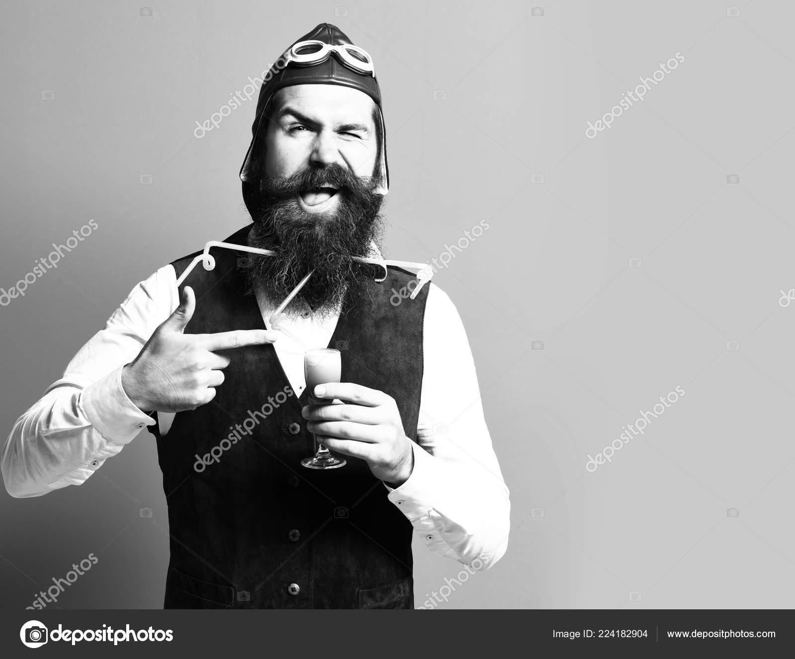 guapo con barba piloto o aviador hombre con larga barba y bigote en ...