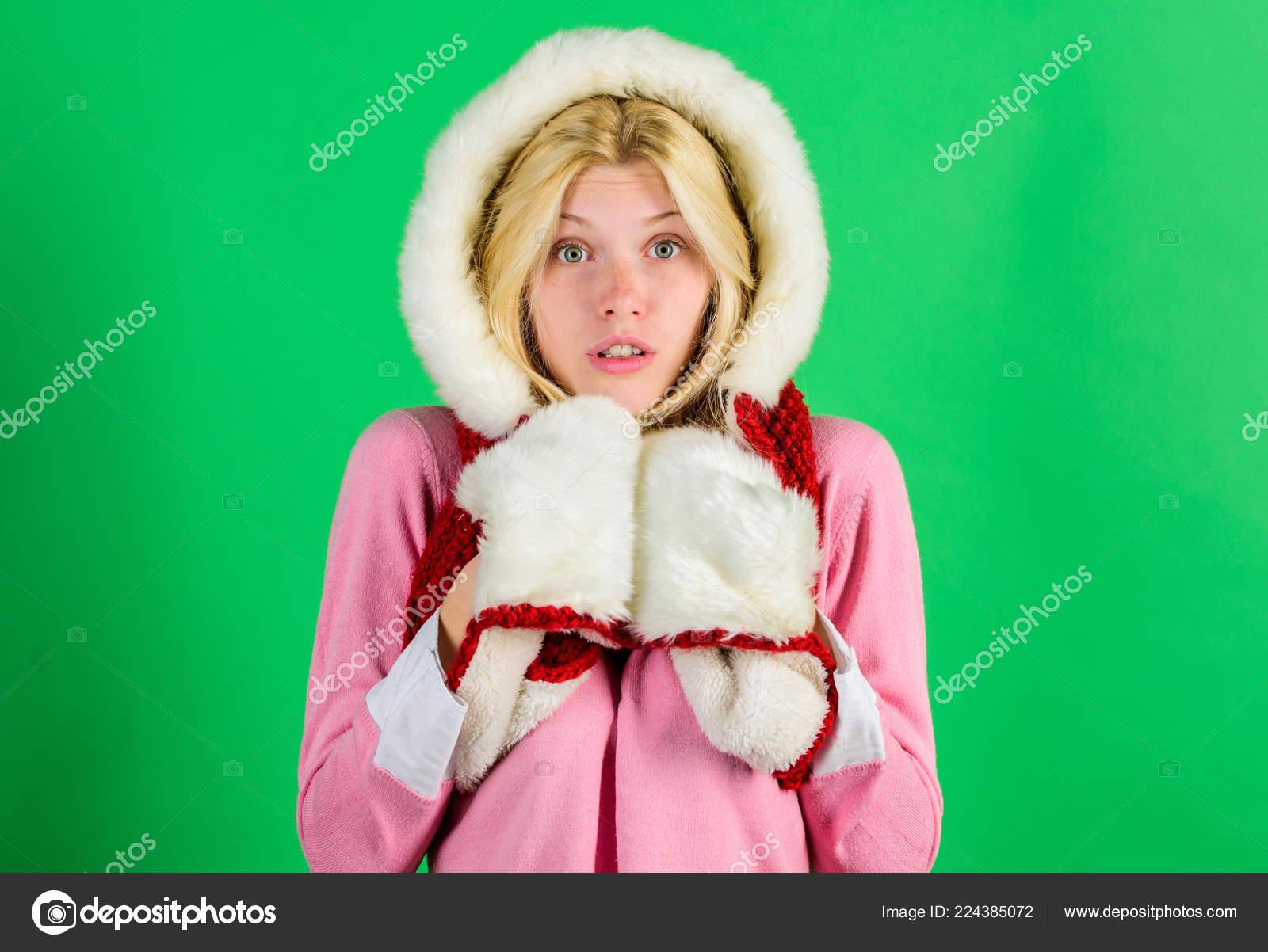 Давайте залишатися теплою Хутряний одяг. Жінка емоційний обличчя в теплих  пухнастий капот себе. Дівчина розігрів носити хутро капюшон на зеленому тлі. abe6263c95169